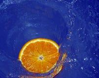 Orange dans l'eau Photos stock