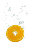 Orange dans l'eau avec des bulles d'air Photos stock