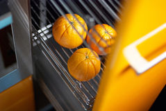 Orange dans la cuisine dans le réfrigérateur Image libre de droits