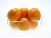 Orange dans la cuvette en verre Photo stock