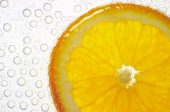 Orange dans le bulle de l'eau et d'air images libres de droits