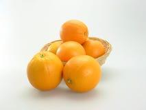 Orange dans le panier en bambou Image libre de droits