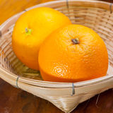 Orange dans le petit panier Photographie stock libre de droits