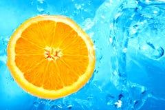 Orange dans une eau Photographie stock libre de droits