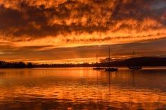 Orange Dawn Waterscape över fjärden arkivfoto