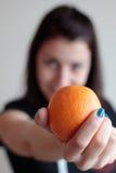 Orange de fixation de jeune femme Images stock