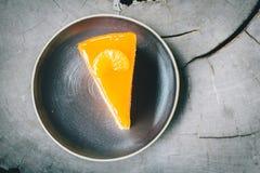 Orange de gâteau d'art sur les milieux en bois Photo stock