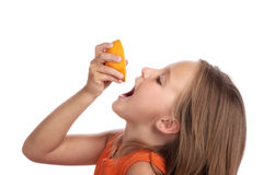 Orange de jus de boissons de fille Photo stock