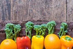 Orange de vue supérieure, paprika et brocoli frais sur la table en bois de vintage Photos stock