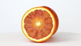 Orange der Hälfte und des Vollblutes, die auf Weiß sich dreht stock video