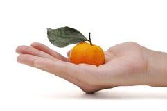 Orange in der Hand Lizenzfreie Stockfotos