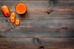 Orange detoxdryck med paprica och morot på mörk träcopyspace för bästa sikt för bakgrund Arkivfoto