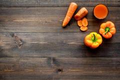 Orange detoxdryck med paprica och morot på mörk träcopyspace för bästa sikt för bakgrund Royaltyfria Bilder
