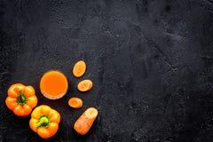 Orange detoxdryck med paprica och morot på svart copyspace för bästa sikt för bakgrund Fotografering för Bildbyråer