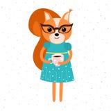 Orange Eichhörnchenmädchen in einem blauen Kleid mit einem gelben Gurt und Gläsern, Eichhörnchen hält eine Schale coffe Lizenzfreies Stockfoto