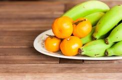 Orange eine Banane auf dem Tisch lizenzfreie stockfotos