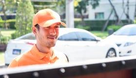 Orange einheitlicher Lieferer, der am Tor wartet lizenzfreies stockfoto