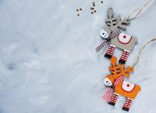 Orange en bois, cerf commun gris sur le fond gris grunge Concept de décoration de Noël et de nouvelle année Configuration plate, photos stock