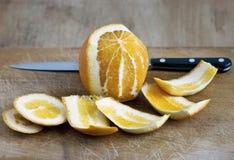 Orange enlevée par moitié photographie stock
