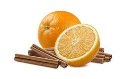 Orange entière et moitié plus la cannelle d'isolement sur le fond blanc photo stock