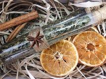 Orange et épices sur la paille Image stock