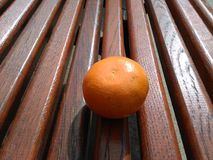 Orange et banc Image stock
