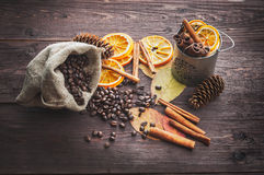 Orange et citron sec, grains de café dans le sac, cannelle et feuilles d'automne tombées Photos stock
