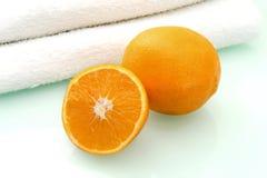 Orange et essuie-main Photographie stock libre de droits