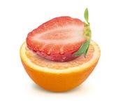 Orange et fraise avec le chemin de coupure d'isolement sur le fond blanc Photos libres de droits
