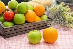 Orange et pomme dans une caisse en bois Fruit frais sur un tabl en bois photographie stock