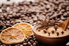 Orange et sucre secs dans une cuvette sur les grains de café Image stock