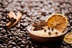 Orange et sucre secs dans une cuvette sur les grains de café Images stock