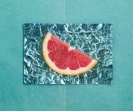 Orange et tranches et pamplemousse sur des supports faits en foi coloré Photographie stock libre de droits