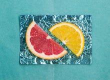 Orange et tranches et pamplemousse sur des supports faits en foi coloré Photo libre de droits