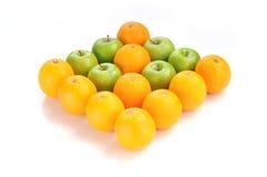 Orange et vert pomme dans la forme de flèche Images libres de droits