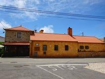 Orange färgade tegelstenbygdhus i Colares - Sintra, Portugal Arkivbild
