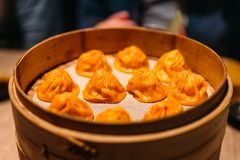 Orange färgFoie Gras Xiao Long Bao Chinese Soup klimp i bambubanderoll arkivfoton