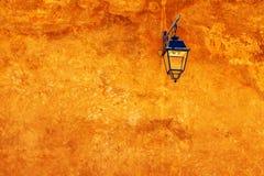 Orange f?rg av den red ut v?ggen med den traditionella lyktan m?lat m?rker - g?ra gr?n och med dess skugga morocco rabat royaltyfria bilder