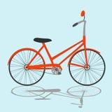 Orange Fahrrad auf hellblauem Hintergrund Stockfotos
