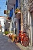 Orange Fahrrad auf der Korfu-Straße Lizenzfreie Stockfotos