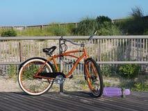 Orange Fahrrad auf Promenade Stockbild