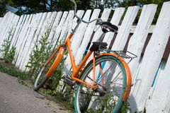 Orange Fahrrad durch den Zaun stockfotos