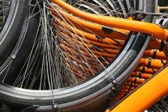 Orange Fahrradfelgen und die vielen Speichen der Räder Lizenzfreies Stockfoto