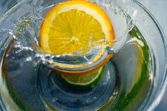 Orange Fall der tropischen Früchte tief unter Wasser mit einem großen Spritzen stockbilder