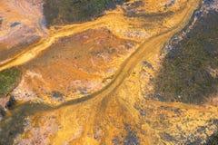 Orange Farbe der Abstraktion in Form von der Lava, die hinunter das Flussbett fließt Stockfotografie