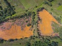 Orange Farbe des alten Behälters der Schwefelsäure natürlichen im Süden von Polen Stockfotografie
