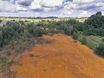 Orange Farbe des alten Behälters der Schwefelsäure natürlichen im Süden von Polen Lizenzfreie Stockbilder