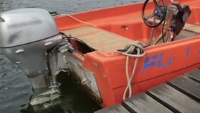 Orange fartyg med en motor på havet lager videofilmer