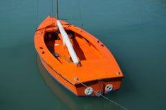 Orange fartyg på vatten Arkivfoto