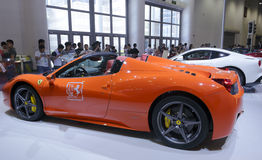 Orange ferrari 458 spindelbil Arkivbild
